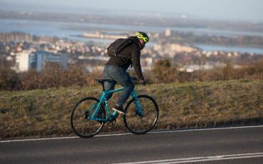 en man på en pendlingscykel